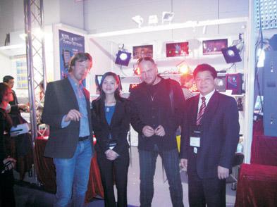董事长傅高武和国际贸易部经理朱玲玲与罗马尼亚客户合影