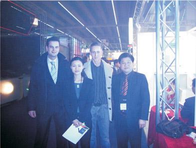 董事长傅高武和国际贸易部经理朱玲玲与荷兰客户合影