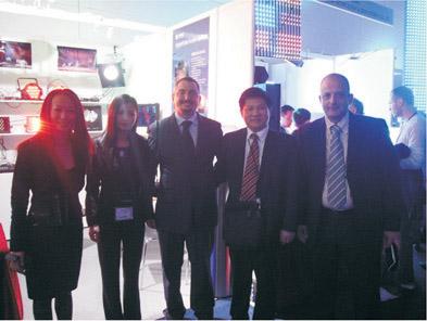 董事长傅高武和国际贸易部经理朱玲玲与意大利客户合影