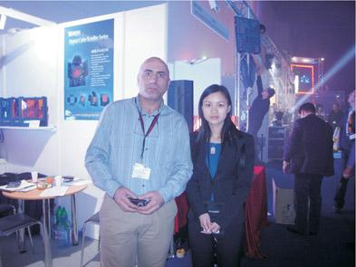 国际贸易部经理朱玲玲与德国客户合影
